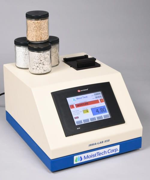 Czujnik laboratoryjny IRMA 858, w którym próbki są mierzone od dołu do góry w szczelnym, kwarcowym pojemniku.